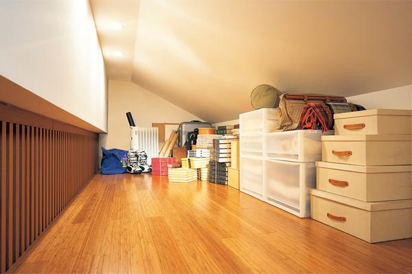 屋根裏スペースを生かした収納実例