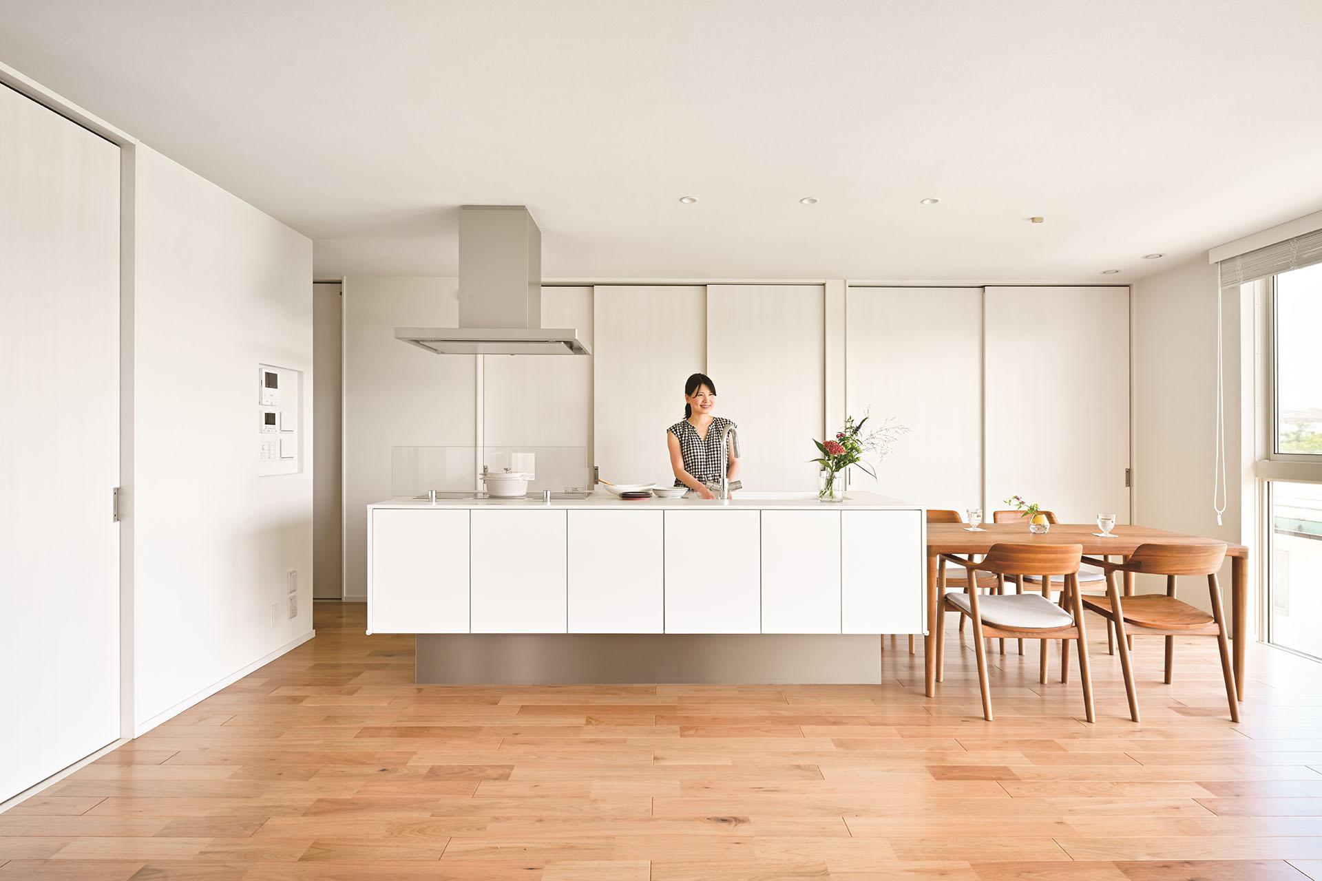 白で統一した内装が空間をさらに明るく